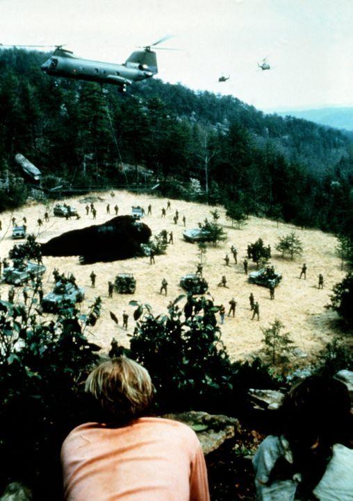 Mitchell (Brian Kerwin, l.) und Amy (Linda Hamilton, r.) müssen hilflos zusehen, wie Lady Kong nach ihrem Ausbruch betäubt und wieder eingefangen... - Bildquelle: Paramount Pictures
