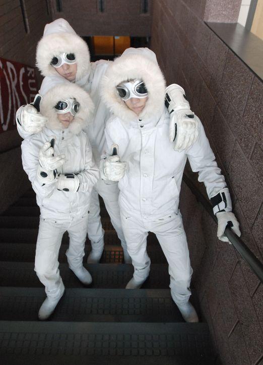 Alle rätseln, wer wohl die Jungen (Jason Dolley, r., Luke Benward, l., Nicholas Braun, M.) in den Schneeanzügen sind ... - Bildquelle: 2007 Disney Channel