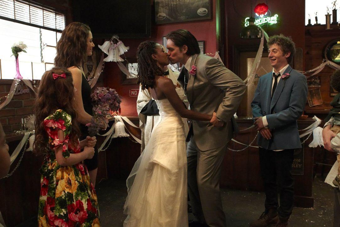 Feiern gemeinsam die Fake-Hochzeit von Veronica (Shanola Hampton, 3.v.l.) und Kevin (Steve Howey, 2.v.r.): Debbie (Emma Kenney, l.), Fiona (Emmy Ros... - Bildquelle: 2010 Warner Brothers