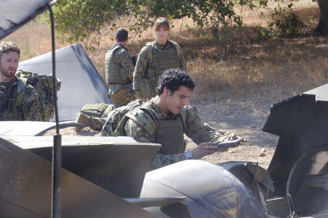 Ein Militärflugzeug wird in Bosnien abgeschossen. Walter (Elyes Gabel, vorne) und Paige (Katharine McPhee, hinten) müssen in das gefährliche Gebiet... - Bildquelle: Ron Jaffe 2014 CBS Broadcasting, Inc. All Rights Reserved