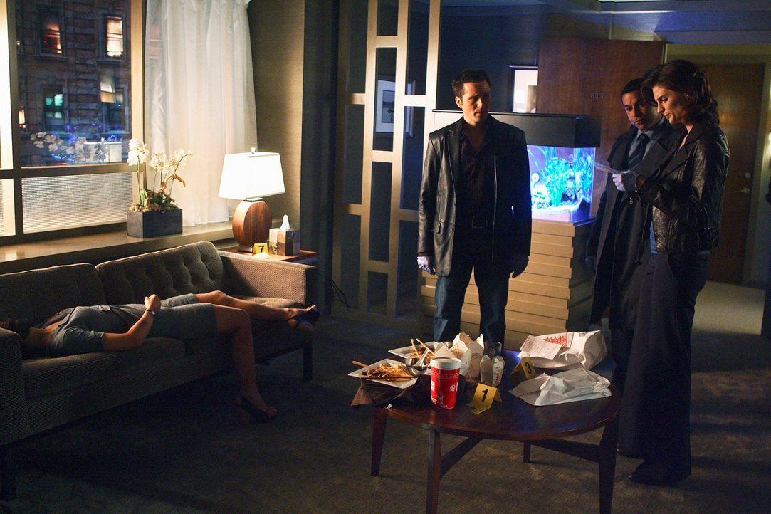 Am Tatort überlegen Kevin (Seamus Dever, 3.v.r.), Javier (Jon Huertas, 2.v.r.) und Kate (Stana Katic, r.) wie sich der Fall zugetragen haben könnte. - Bildquelle: ABC Studios