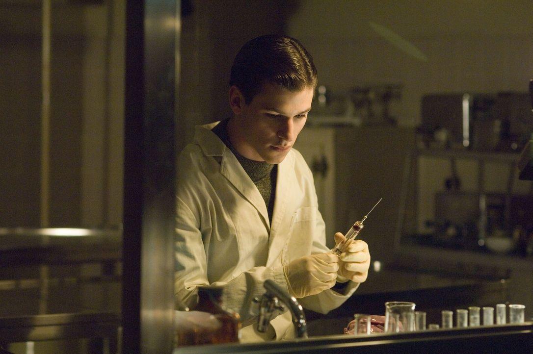 Macht sich daran, die Mörder seiner Schwester bestialisch zu töten: der hochbegabte und wohlerzogene Medizinstudent Hannibal Lecter (Gaspard Ulliel)... - Bildquelle: Tobis Film