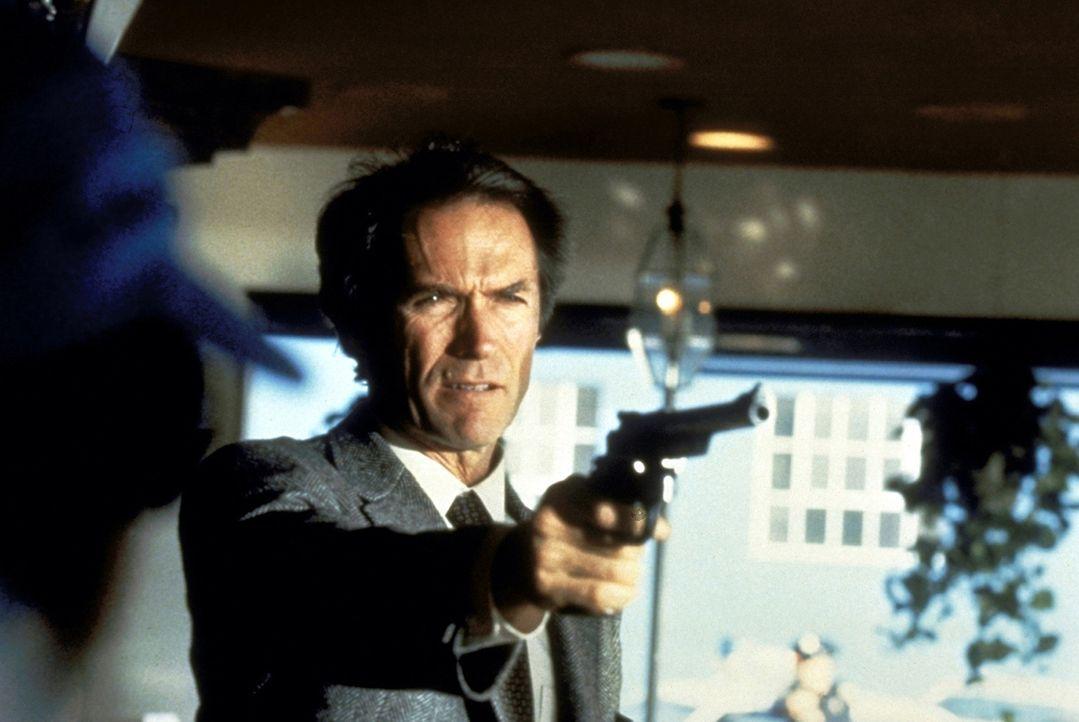 Wieder einmal soll Inspektor Callahan, genannt Dirty Harry (Clint Eastwood), eine mysteriöse Mordserie aufklären ... - Bildquelle: Warner Bros.