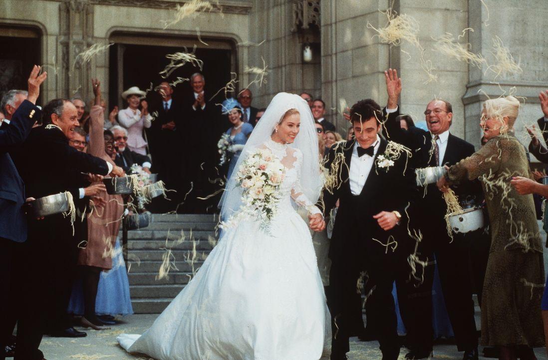 Das Brautpaar Anthony (Jay Mohr, vorne r.) und Diane (Christina Applegate, vorne l.) wird in alter Mafia-Manier mit Spaghetti beworfen ...