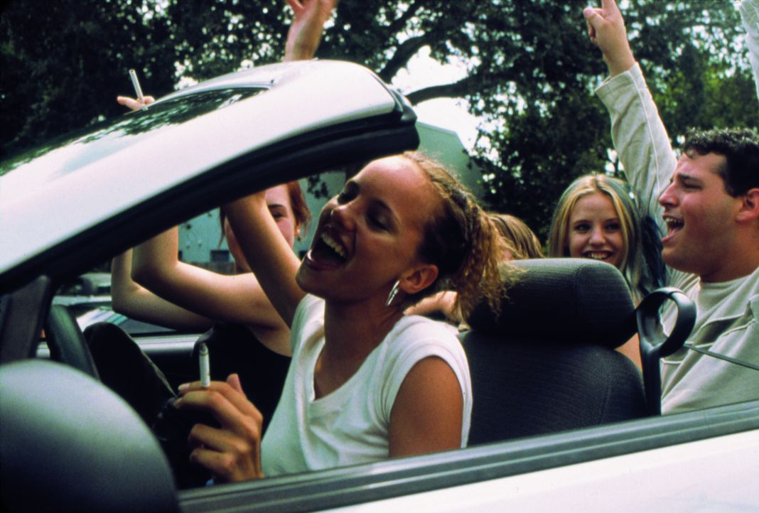 Lisa (Rachel Miner, hinten l.), Ali (Bijou Phillips, vorne l.) und Heather (Kelli Garner, r.) vertreiben sich die Zeit mit ziellosem Herumfahren, Ki...