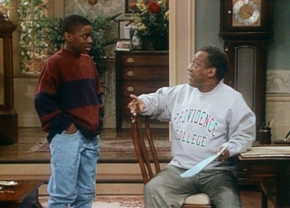 Cliff (Bill Cosby, r.) erlaubt Kenny (Deon Richmond), l., im Garten eine Party zu veranstalten. - Bildquelle: Viacom