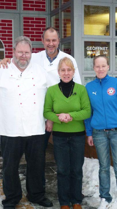 Klemens (l.), Sabine (2.v.r) und Jeanine Schmidt (r.) hoffen, dass ihnen der Sternekoch Frank Rosin (2.v.l.) helfen kann. - Bildquelle: kabel eins