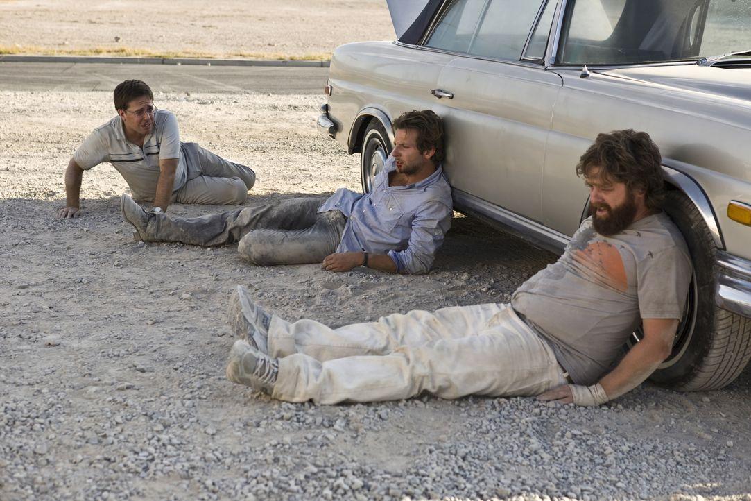 Ihr Freund Doug heiratet! Also gibt es nur eine logische Konsequenz für seine beiden Freunde, Stu (Ed Helms, l.) und Phil (Bradley Cooper, M.) und d... - Bildquelle: Warner Brothers