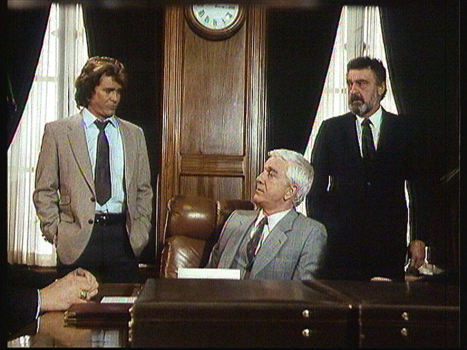 R. R. Benson (Leslie Nielsen, M.), der reichste und mächtigste Mann der Stadt, stellt Jonathan (Michael Landon, l.) und Mark (Victor French, r.) al... - Bildquelle: Worldvision Enterprises, Inc.