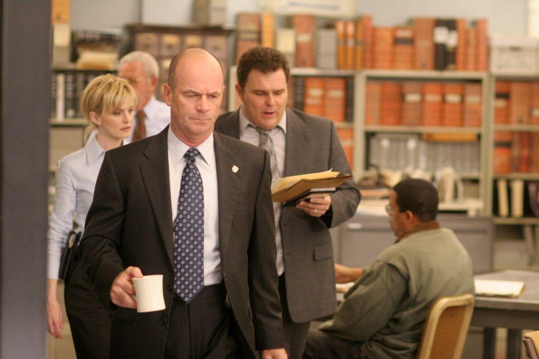Der aktuelle Fall bereitet Lt. John Stillman (John Finn, M.) Kopfzerbrechen. Sind seine Kollegen Det. Lilly Rush (Kathryn Morris, l.) und Det. Nick... - Bildquelle: Warner Bros. Television