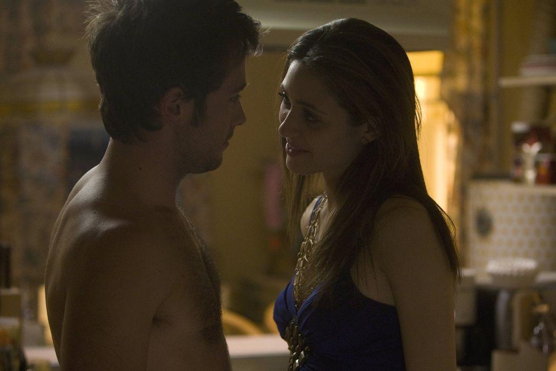 Entwickelt sich zwischen Steve (Justin Chatwin, l.) und Fiona (Emmy Rossum, r.) nach einer Suff-Bekanntschaft mehr? - Bildquelle: 2010 Warner Brothers