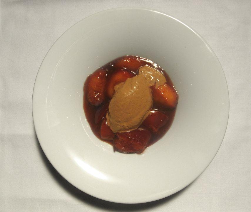 Dessert: Karamellisierte Rotweinpflaumen mit Kaffee-Schokoladen Mousse. - Bildquelle: kabel eins