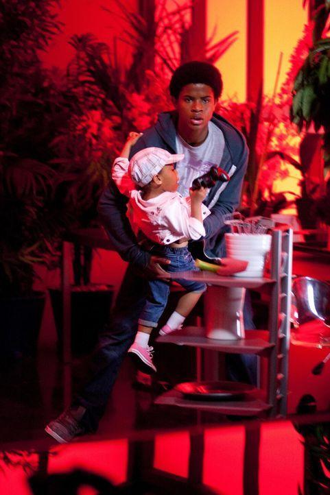 Für seine Schwester wagt sich Kevin (Trevor Jackson) sogar in ein brennendes Haus ... - Bildquelle: Universal Television