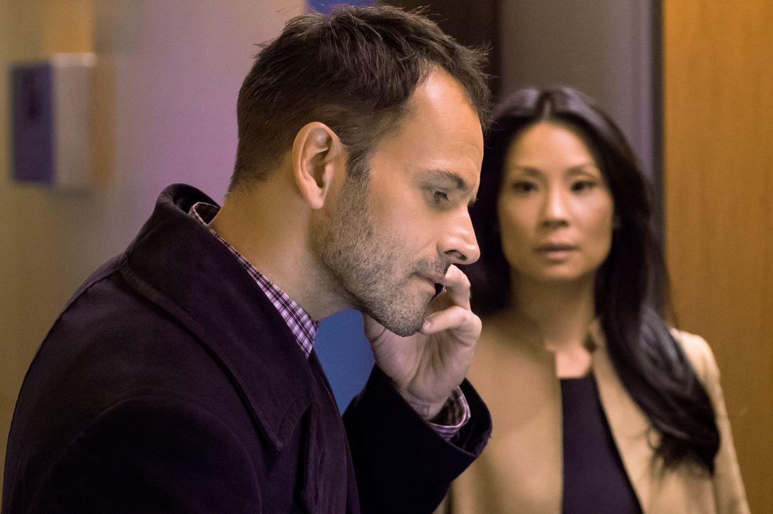 Als die Leiche eines reichen Finanzmanagers gefunden wird, müssen Holmes (Jonny Lee Miller, l.) und Watson (Lucy Liu, r.) mit ihren Ermittlungen in... - Bildquelle: CBS Television