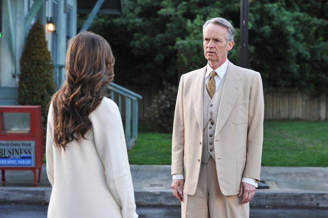 Ein Geist (David Clennon, r.), einer der so genannten Beobachter, sagt Melinda (Jennifer Love Hewitt, l.), dass ihre Zukunft in ihren Händen liegt .... - Bildquelle: ABC Studios