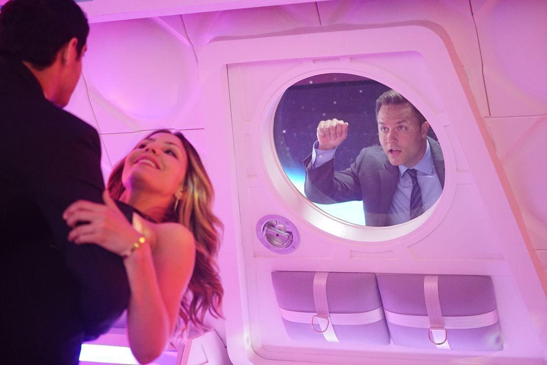 Wie wird Tim (Scott Porter, r.) reagieren, wenn er erfährt, dass Walter (Elyes Gabel, l.) im Weltraum ausgerechnet einen heißen Tanz Paige (Katharin... - Bildquelle: Sonja Flemming 2016 CBS Broadcasting, Inc. All Rights Reserved. / Sonja Flemming