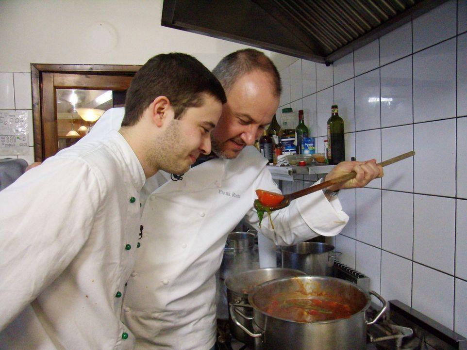 Frank Rosin (r.) gibt dem Koch Stefan Kairies (l.) wertvolle Tipps. - Bildquelle: kabel eins