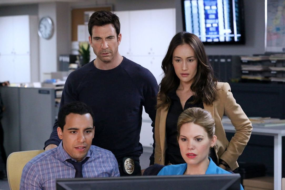 Suchen nach einem gefährlichen Stalker mit einer Vorliebe für Feuer: Detective Jack Larsen (Dylan McDermott, hinten l.), Lieutenant Beth Davis (Magg... - Bildquelle: Warner Bros. Entertainment, Inc.