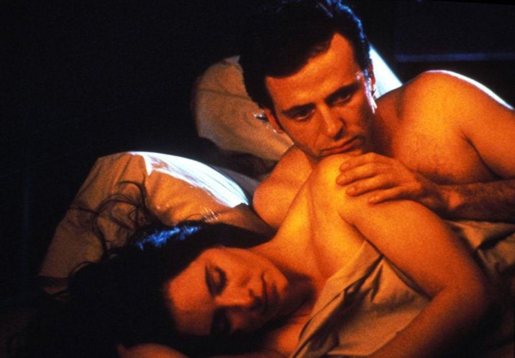 Für Detective John Hallstrom (Aidan Quinn, l.) steht viel auf dem Spiel: Was ist, wenn Emma Brody (Madeleine Stowe, r.) den Mörder doch nicht gesehe... - Bildquelle: Warner Bros.