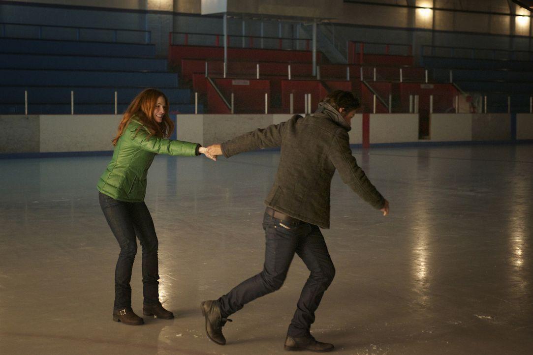Noch ahnen Vincent (Jay Ryan, r.) und Alex (Bridget Regan, l.) nicht, dass ihr romantisches Date in einer Eishalle ein abruptes Ende haben wird ... - Bildquelle: 2012 The CW Network. All Rights Reserved.