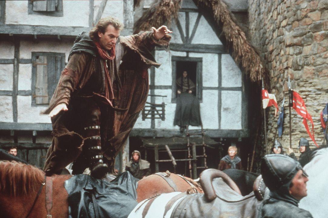 Pfeilschnell muss Robin Hood (Kevin Costner, l.) vor der Übermacht der Schergen des Sheriffs fliehen ... - Bildquelle: WARNER BROS.