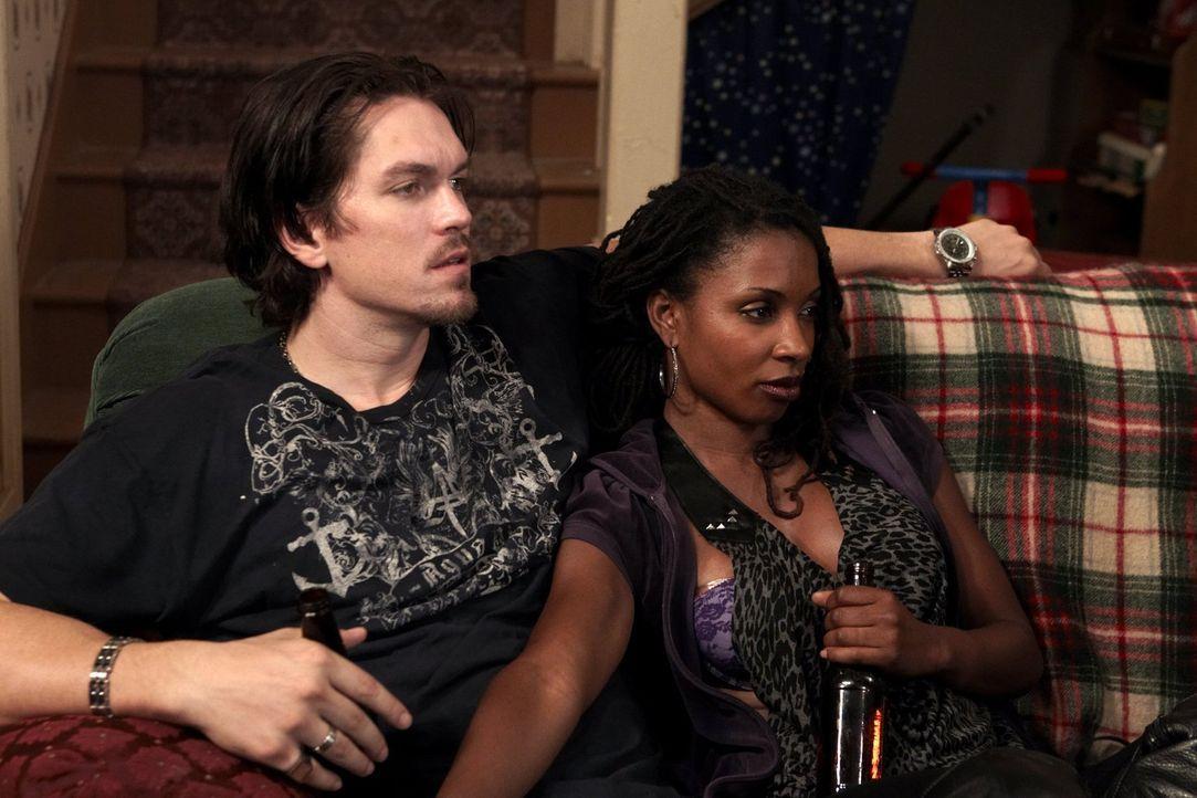 Der Barkeeper Kevin (Steve Howey, l.) hat kein Problem damit, dass seine Freundin Veronica (Shanola Hampton, r.) sich für Geld auszieht ... - Bildquelle: 2010 Warner Brothers