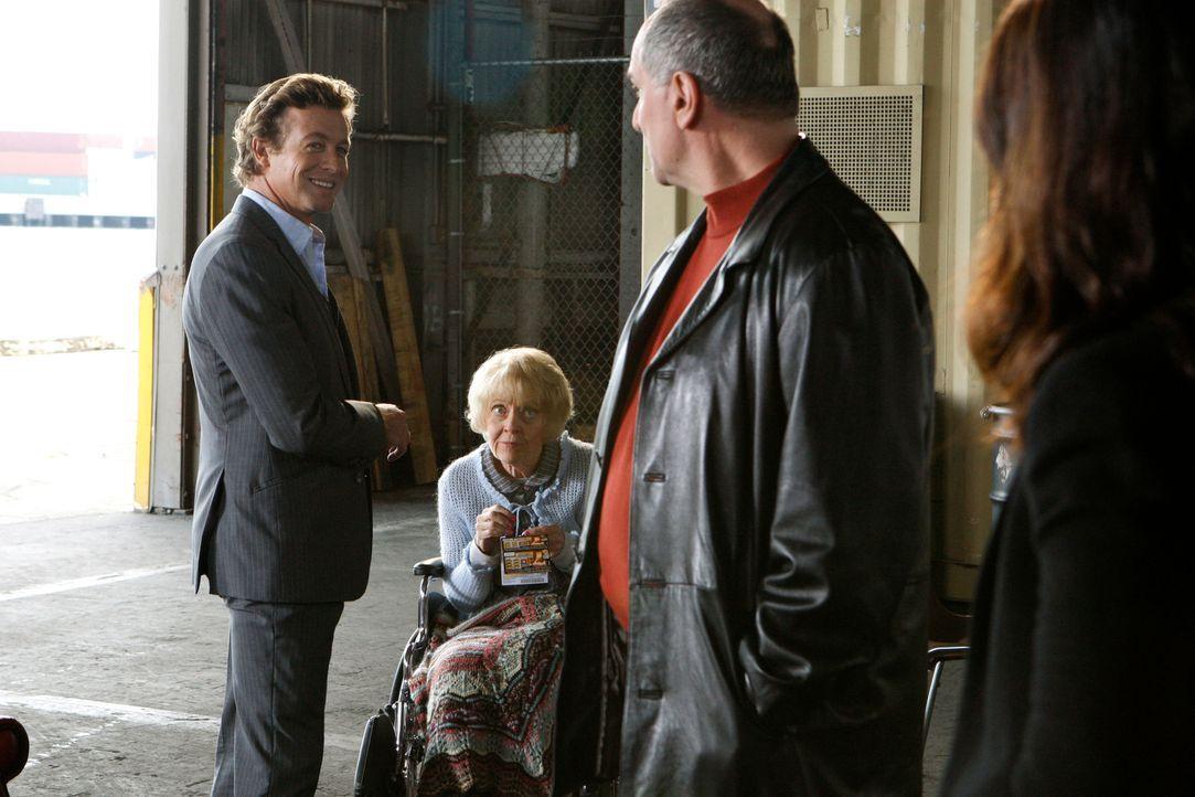 Bei ihrem neuen Fall stoßen Teresa (Robin Tunney, r.) und Patrick (Simon Baker, l.) auf Hank (John Kapelos, 2.v.r.) und Annabelle (K Callan, 2.v.l.)... - Bildquelle: Warner Bros. Television