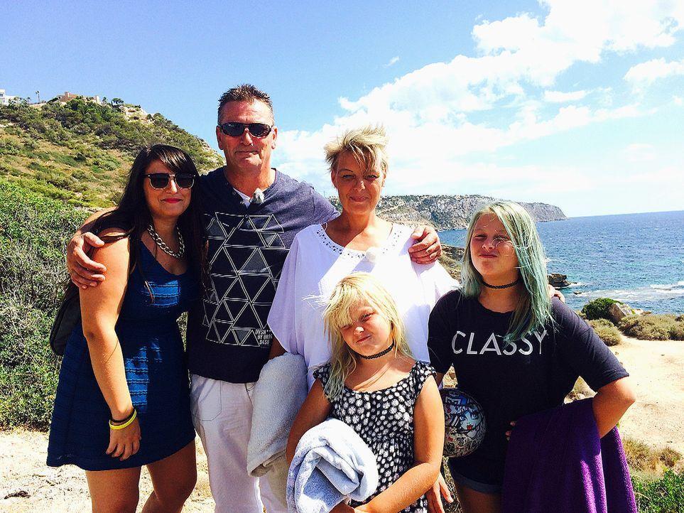 Arbeiten, wo andere Urlaub machen. Für Andrea Goebel (M.) und ihre Familie ist dieser Traum mit einem eigenen Friseursalon in Erfüllung gegangen. - Bildquelle: kabel eins