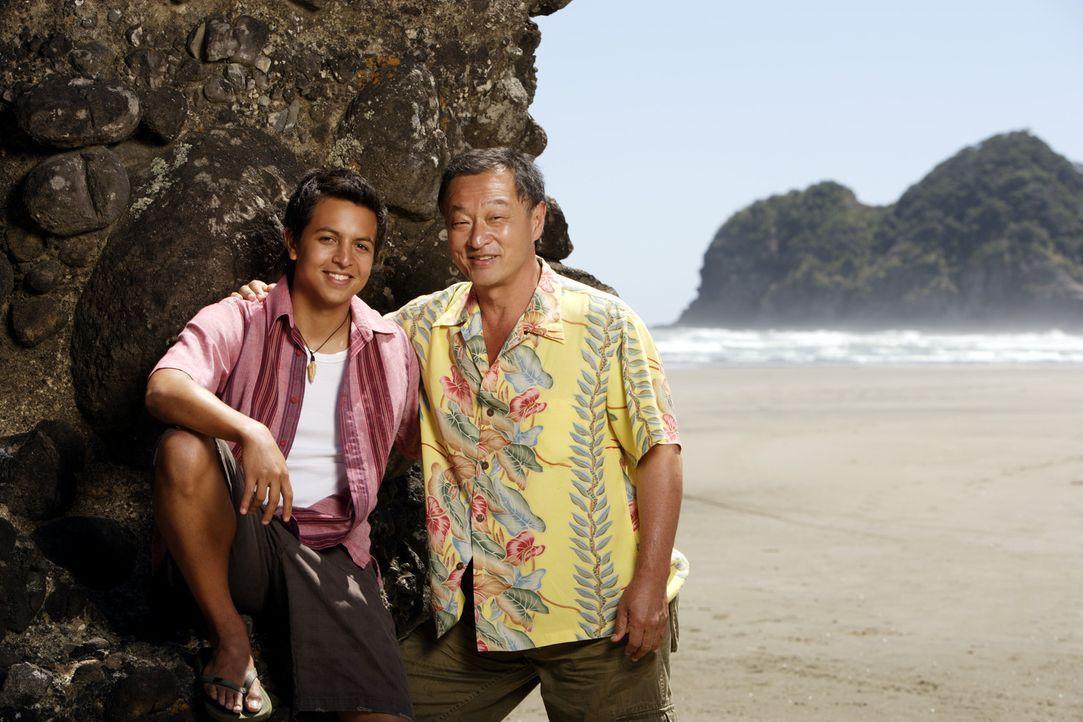 Als die Surflegende Johnny Tsunami (Cary-Hiroyuki Tagawa, r.) heiraten möchte, kehrt sein Neffe, Snowboard-Ass Johnny Kapahala (Brandon Baker, l.),... - Bildquelle: Disney. All rights reserved