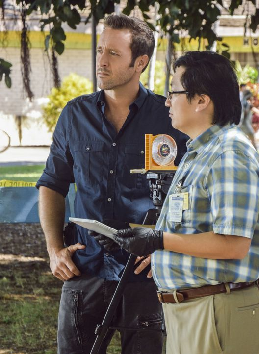 Müssen einen Mordfall aufdecken: Steve (Alex O'Loughlin, l.) und Max (Masi Oka, r.) ... - Bildquelle: Norman Shapiro 2016 CBS Broadcasting, Inc. All Rights Reserved / Norman Shapiro