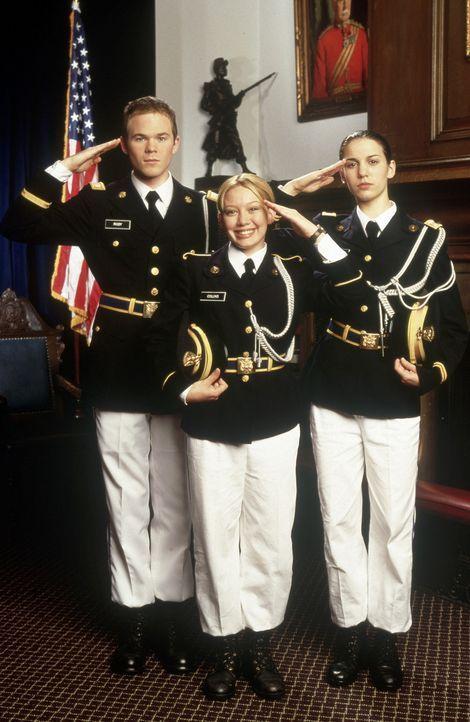 Den jungen Kadetten Kelly (Hilary Duff, M.), Jennifer (Christy Carlson Romano, r.) und Brad (Shawn Ashmore, l.) macht der strenge Verhaltenskodex un... - Bildquelle: Walt Disney Television