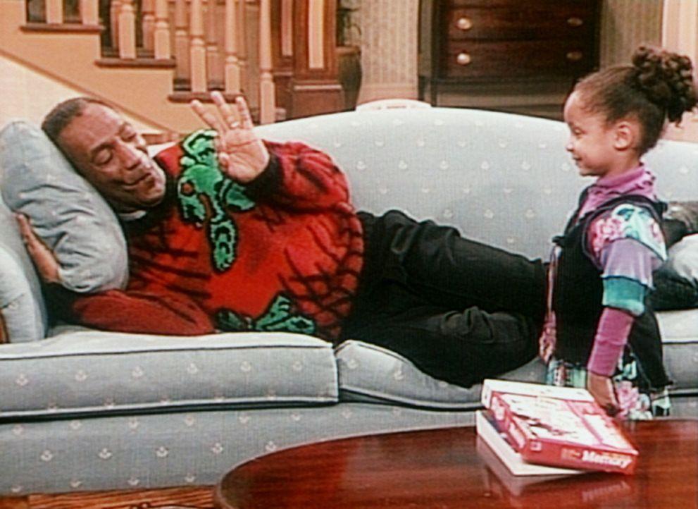 Wenn Cliff (Bill Cosby, l.) sein Mittagsschläfchen hält, kann er keine Störung vertragen - auch nicht von der süßen Olivia (Raven Symone, r.). - Bildquelle: Viacom