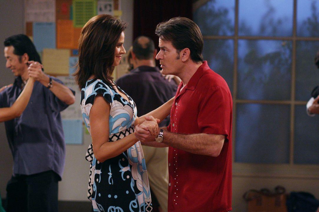 Evelyn rät Charlie (Charlie Sheen r.), der sich für sehr viel reicher als Chelsea (Jennifer Taylor, l.) hält, zu einem Ehevertrag. Er wundert sic... - Bildquelle: Warner Brothers