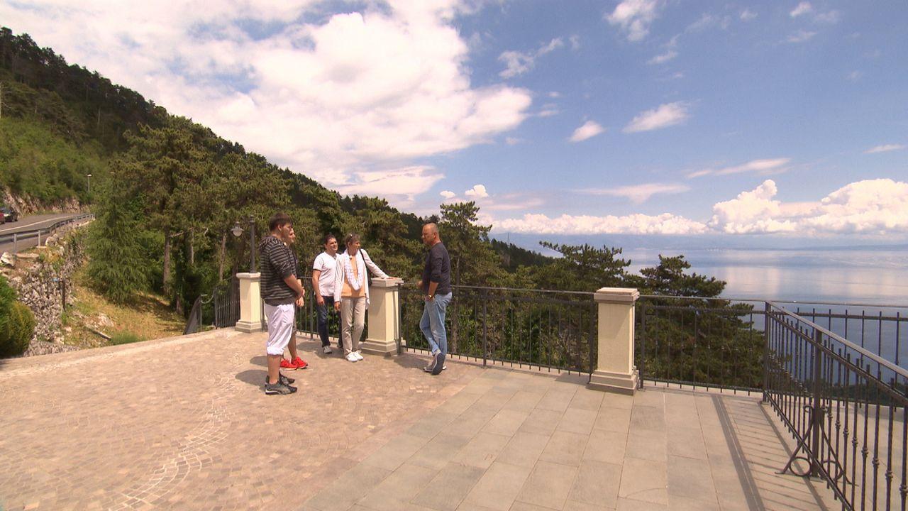 Frank Rosin (r.) reist nach Kroatien, um dort Andreas (M.), Sabine (2.v.r.) und deren beiden Söhnen zu helfen. Sie führen ein traumhaft gelegenes Re... - Bildquelle: kabel eins