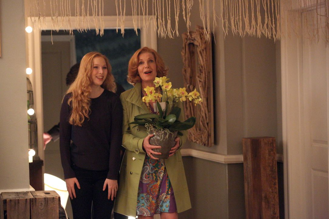 Stolz präsentiert Alexis (Molly C. Quinn, l.) ihrer Großmutter (Susan Sullivan, r.) die Wohnung, in der sie ab sofort mit Pi zusammen lebt ... - Bildquelle: ABC Studios