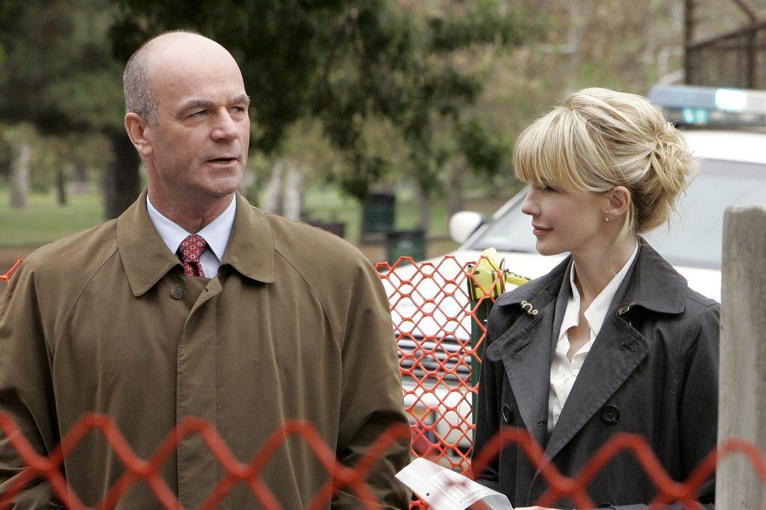 Die Ermittlungen in ihrem neuen Fall gestalten sich für Lilly Rush (Kathryn Morris, r.) und John Stillman (John Finn, l.) zu einer Zeitreise in die... - Bildquelle: Warner Bros. Television