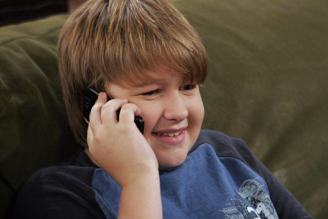 Wenn Jake (Angus T. Jones) mit seiner Freundin telefoniert, beachtet er keinen Menschen in seiner Umgebung ... - Bildquelle: Warner Brothers Entertainment Inc.