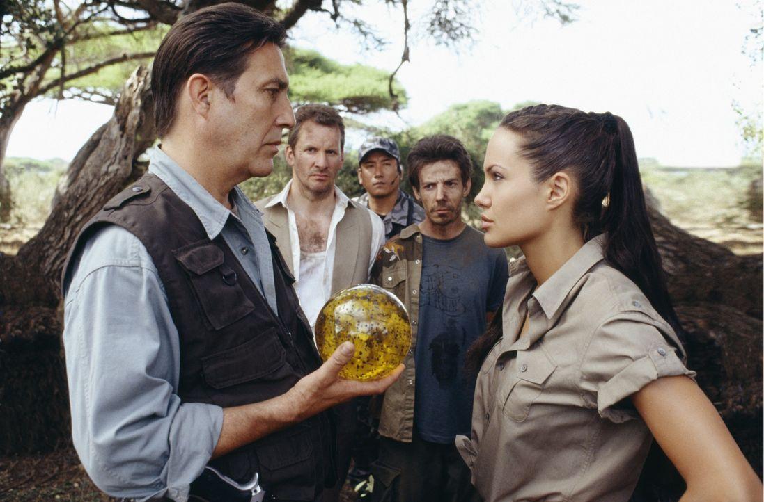 Nur zusammen können Lara (Angelina Jolie, r.) und Reiss (Ciarán Hinds, l.) das Geheimnis der Kugel ergründen. Doch während die Grabräuberin das Ende... - Bildquelle: 2003 by Paramount Pictures. All Rights Reserved.