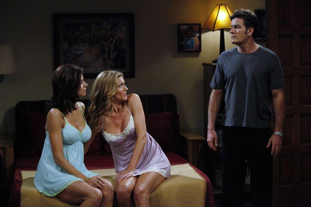 Sabber, lechz, schmacht: Charlie (Charlie Sheen, r.), Gail (Tricia Helfer, M.) und Chelsea (Jennifer Taylor, l.) ... - Bildquelle: Warner Bros. Television