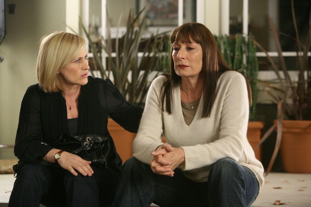 Der aktuelle Fall lässt Cynthia (Anjelica Huston, r.) erneut hoffen, zu erfahren, was mit ihrer Tochter im Jahr 1988 geschehen ist. Kann Allison (Pa... - Bildquelle: Paramount Network Television
