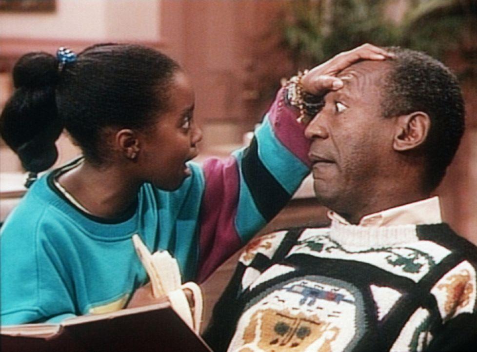 Rudy (Keshia Knight Pulliam, l.) findet bei ihrem Vater Cliff (Bill Cosby, r.) die ersten grauen Haare. - Bildquelle: Viacom