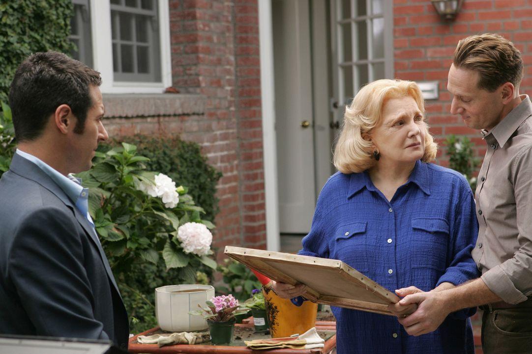 Ein gelöster Fall: Don (Rob Morrow, l.) überreicht Erika Hellman (Gena Rowlands, M.) und deren Enkel Joel  (Matt Ross, r.), den originalen Pisarro... - Bildquelle: CBS International Television