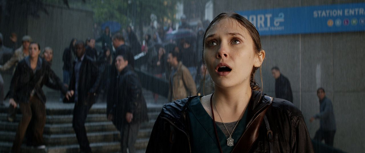 Urzeitmonster versetzen die Menschheit in Angst und Schrecken. Kann Elles (Elizabeth Olsen) Ehemann mit Hilfe von Godzilla diese noch stoppen? - Bildquelle: 2014 © Warner Bros.