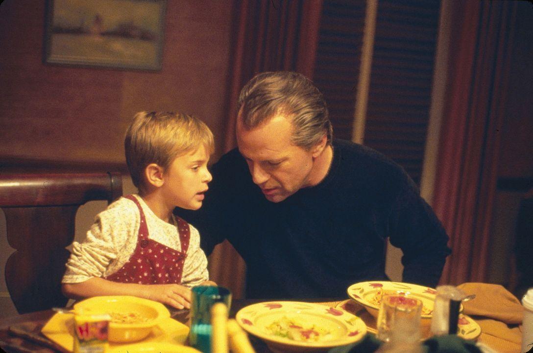 Um einem erneuten Gefängnisaufenthalt zu entgehen, niesten sich Joe (Bruce Willis, r.) und Terry bereits am Abend vor dem geplanten Banküberfall b... - Bildquelle: Metro-Goldwyn-Mayer