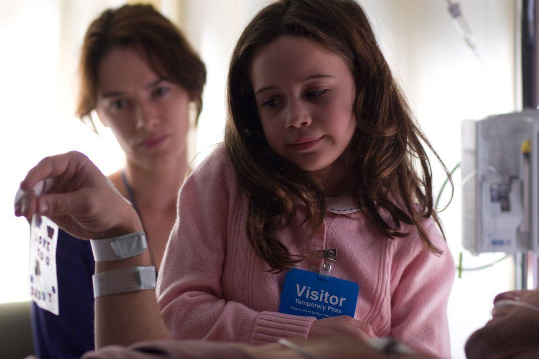 Hoffen, dass es Terry bald besser geht: Doch dann müssen Kinderärztin Liz (Lena Headey, l.) und Töchterchen Angie (Beatrice Miller, r.), die unte...