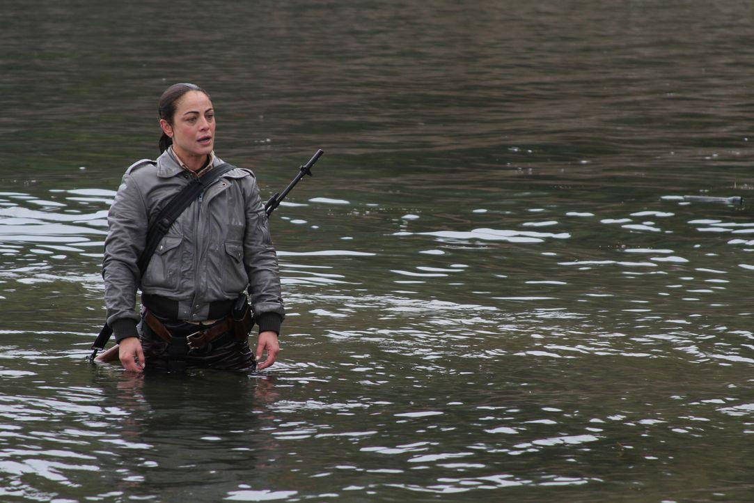 Rangerin Reba Butler (Yancy Butler), die ein großes Faible für die Riesenkrokodile im Naturschutzgebiet entwickelt hat, muss eine Gruppe von Schüler... - Bildquelle: 2012 Sony Pictures Worldwide Acquisitions Inc. All Rights Reserved.