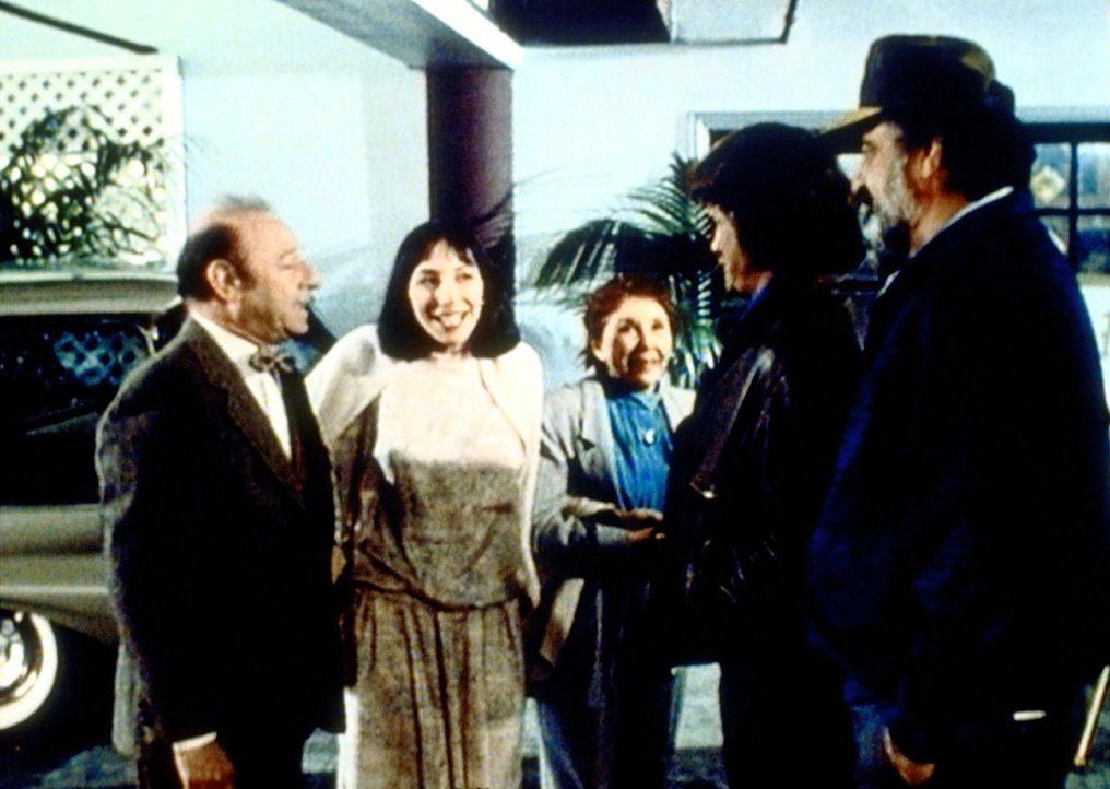Birdy (Didi Conn, 2.v.l.) stellt ihren überraschten Eltern ihren guten Engel Jonathan (Michael Landon, 2.v.r.) und seinen Freund Mark (Victor Frenc... - Bildquelle: Worldvision Enterprises, Inc.