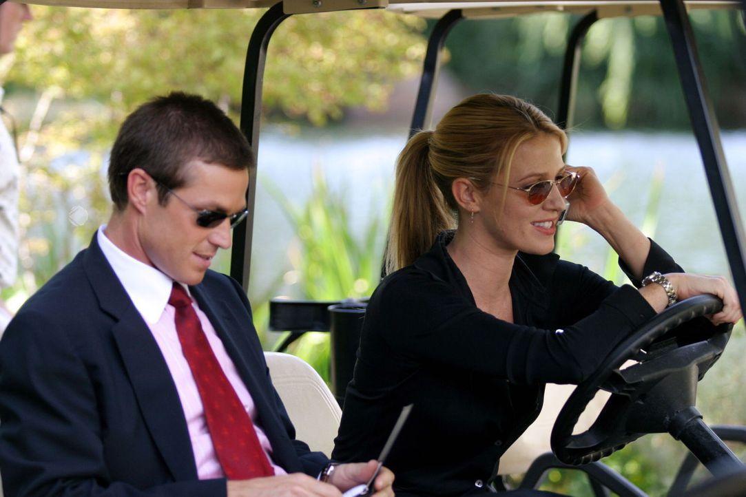 Samantha Spade (Poppy Montgomery, r.) und ihr Kollege Martin Fitzgerald (Eric Close, l.) hoffen, auf dem Golfplatz mehr über das Verschwinden der at... - Bildquelle: Warner Bros. Entertainment Inc.