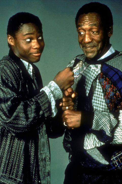 Vater Cliff (Bill Cosby, r.) und Sohn Theo (Malcolm-Jamal Warner, l.) schlagen sich tapfer - und das bei fünf Frauen. - Bildquelle: Viacom