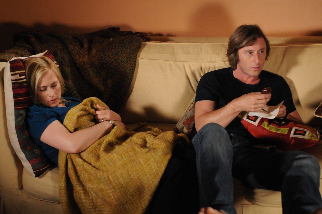 Das seltsame Verhalten, das Allison (Patricia Arquette, l.) plötzlich an den Tag legt, belastet auch die Beziehung zu Joe (Jake Weber, r.) ... - Bildquelle: Paramount Network Television